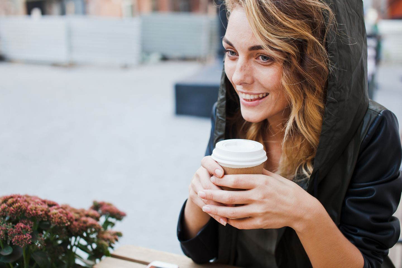 Kaffee: Frau trinkt Kaffee