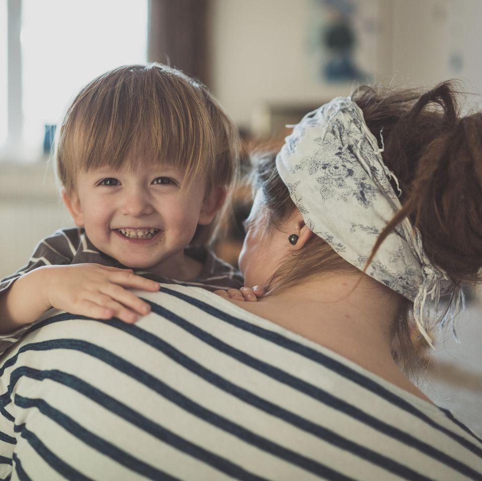 Kindergeld: Mutter mit Kind
