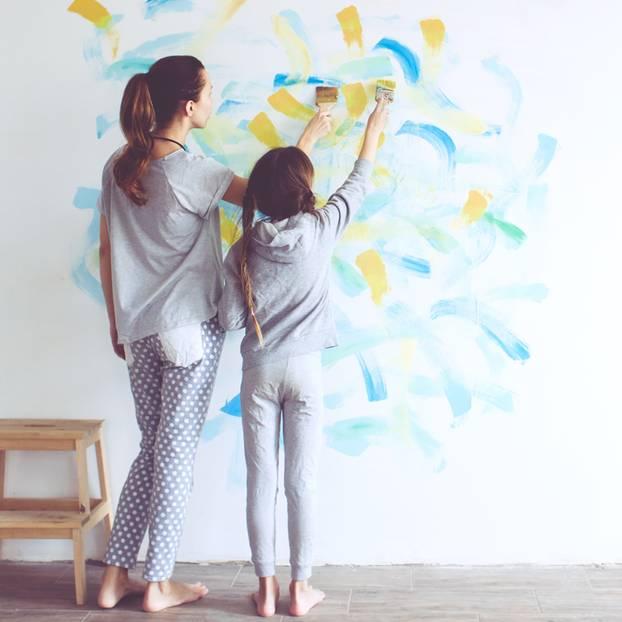 Kinderzimmer streichen: Mutter und Kind streichen Wände