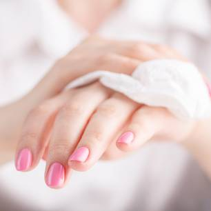 Feuchttücher selber machen: so schnell und leicht geht's! Frau reinigt ihre Hände mit einem Tuch