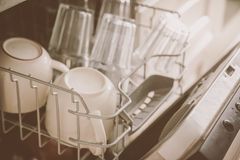 Geschirrspüler entkalken: Offene Spülmaschine