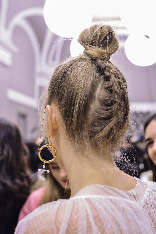 Dutt-Frisuren: Topknot mit Flechtelement