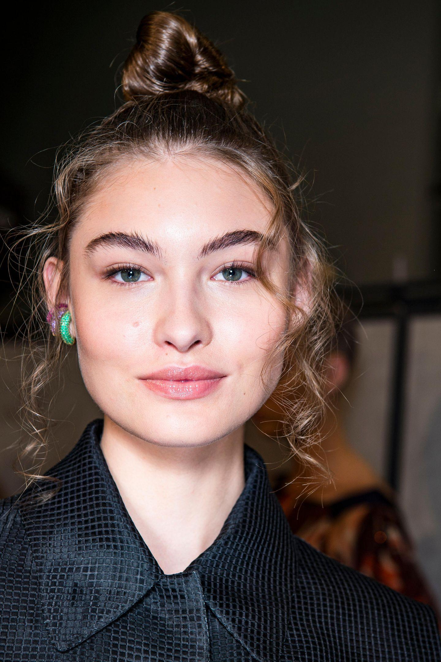 Dutt-Frisuren: Topknot mit lockeren Strähnen