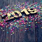 Jahreshoroskop 2019: Tisch mit Konfetti und 2019