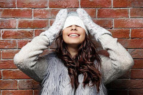 Haarfarbentrends im Winter: Frau mit Mütze und braunen Haaren