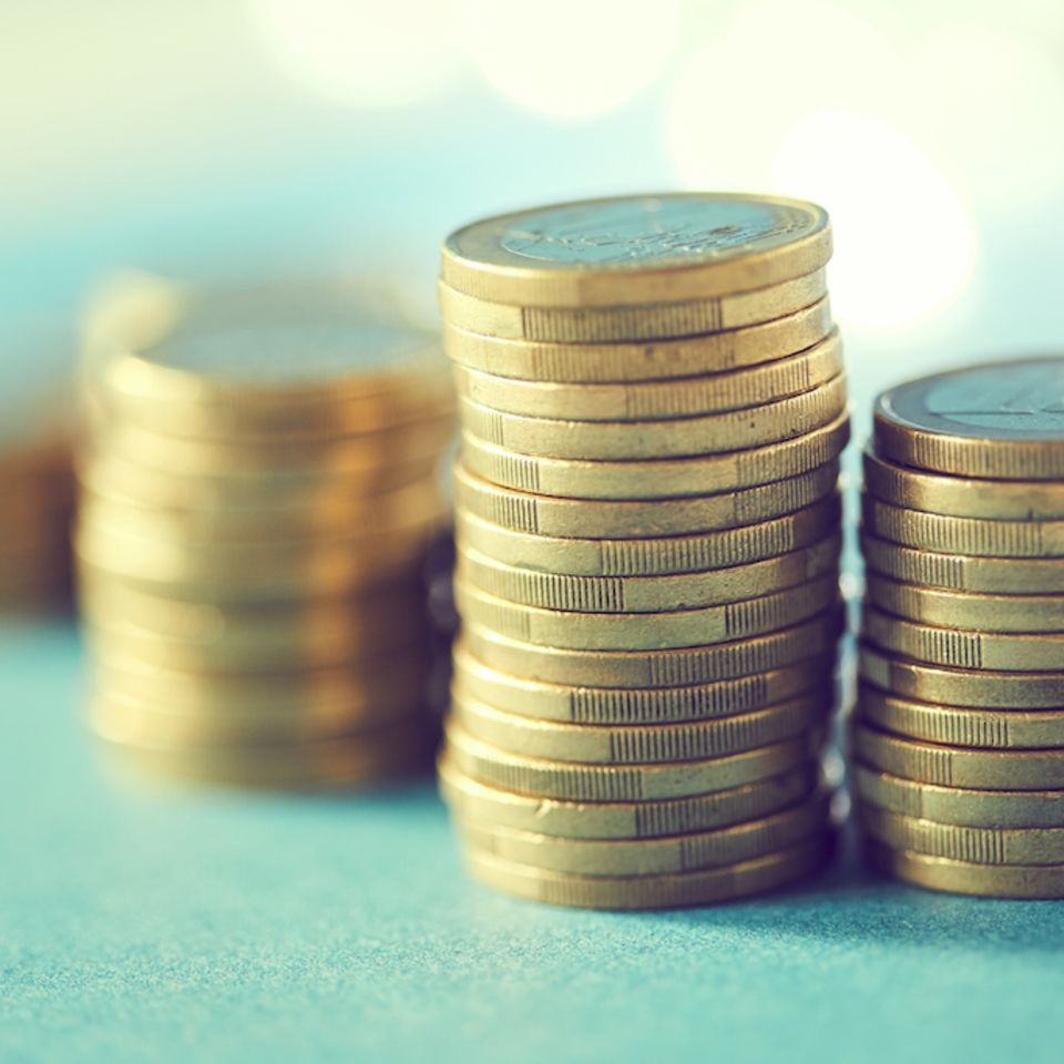 Nachhaltige Geldanlage: Stapel 1 Euro Münzen
