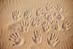 Patchwork-Familien: Handabdrücke im Sand