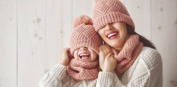 Strickideen: Pullover, Mütze und Schal gestrickt an Mutter und Tochter