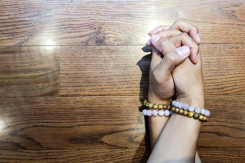 Platonische Liebe: Eine Männerhand verschränkt mit einer Frauenhand mit identischen Freundschaftsarmbändern