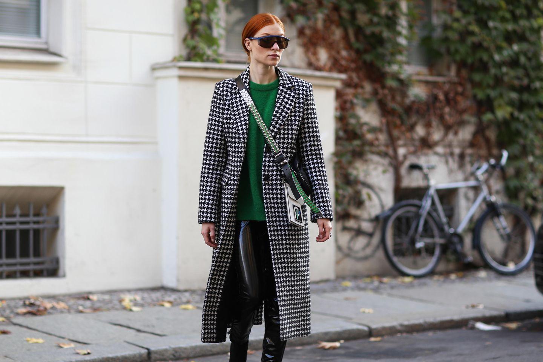 Herbstmantel: Frau mit Mantel im Hahnentrittmuster