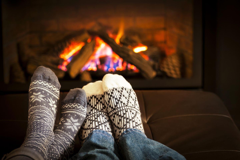 Was kann man im Winter machen? Pärchen am Kamin