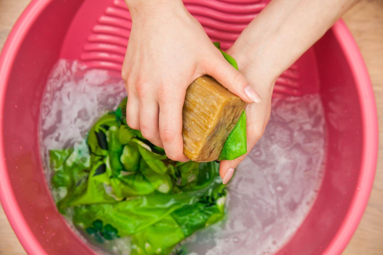 Gallseife: Frau wäscht mit der Hand und Gallseife
