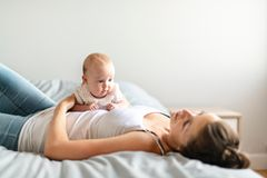Frau mit Kind auf dem Bauch