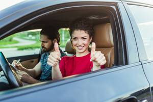Führerschein: Frau mit Daumen nach oben