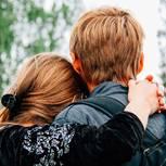 Beziehungsfehler, die wir bis 30 gemacht haben sollten: Eine junge Frau von hinten, die an ihrem Freund hängt