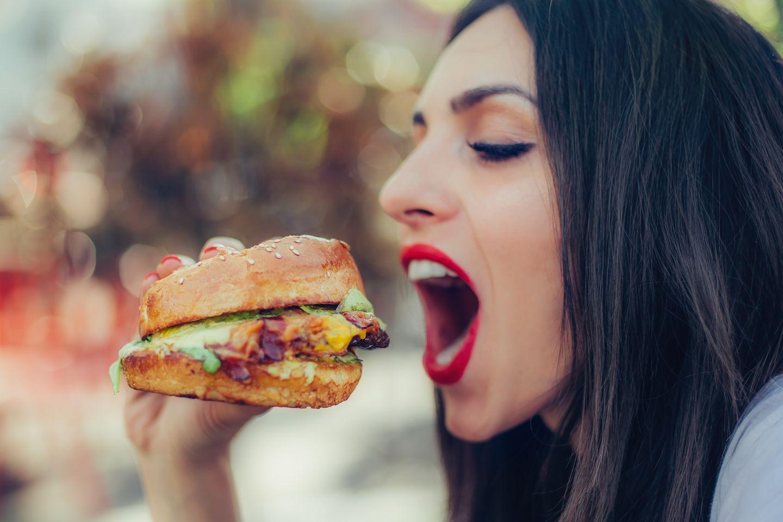 Burger falsch gegessen: Frau beißt in Burger