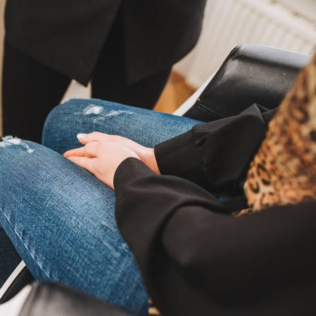 Zwangssterilisationen in Kanada: Frau mit Händen im Schoß