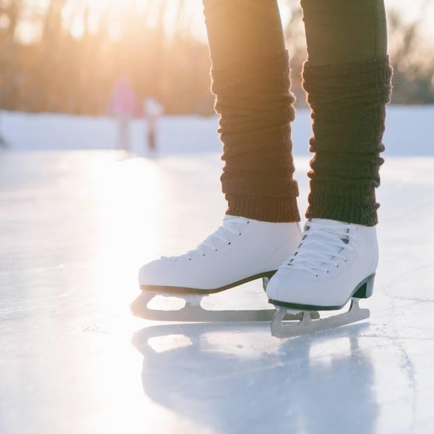 Schlittschuhlaufen lernen: Frau auf Schlittschuhen