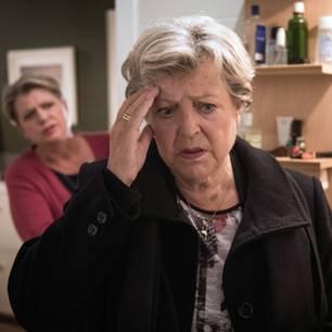 Lindenstraße: Helga (Marie-Luise Marjan) ist nervös, weil sie immer noch Schuldgefühle wegen Hans' Tod hat.