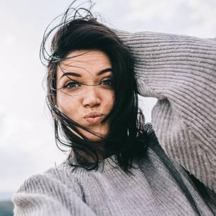 Selbstliebe lernen: Eine junge, fröhliche Frau albert rum