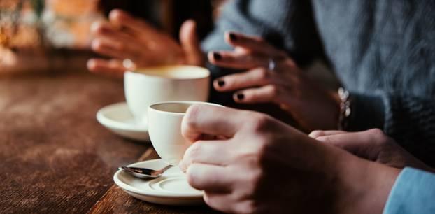 Ego-Talk: Zwei Leute mit Kaffee-Tassen in der Hand