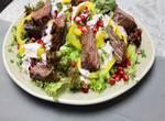 Bunter Salatteller mit Flap Meat Streifen
