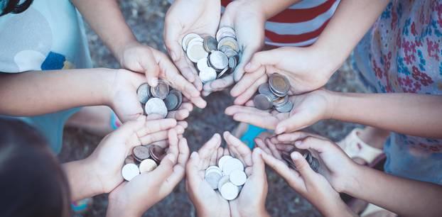 Geld spenden: Offene Hände mit Münzen