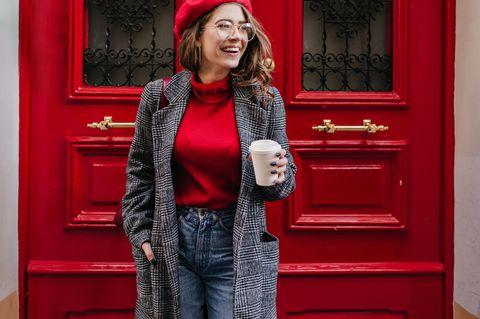 Mützen: Frau mit roter Baskenmütze