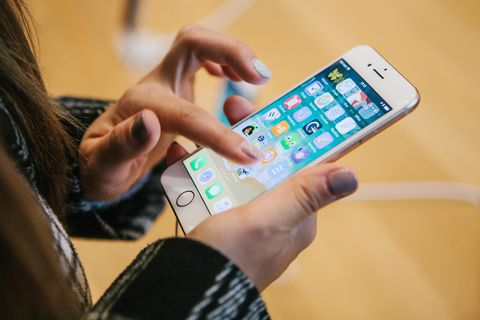 iPhone: Frau mit Fingern auf Handy
