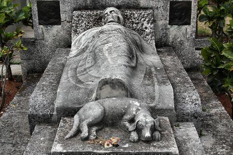 Herrchen und Haustier in einem Grab: Gemeinsamer Grabstein für Hund und Halter