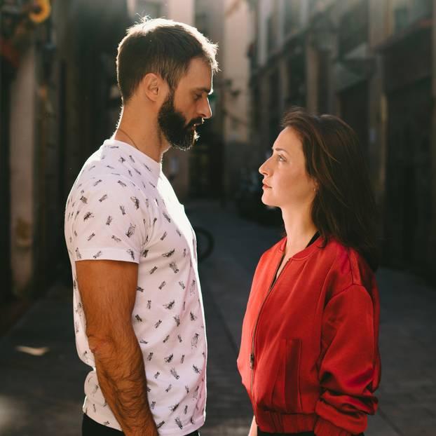 Zu diesem Zeitpunkt trennen sich Paare am häufigsten: Mann und Frau stehen einander gegenüber und schauen sich ernst an