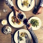 Sneating: Ein Pärchen bei einem Date im Restaurant