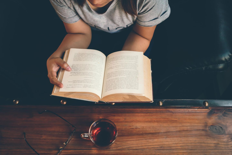 Mehr Lesen: Frau liest ein Buch
