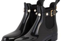 Winterstiefel: Schwarze Gummi-Boots mit Perlendetails