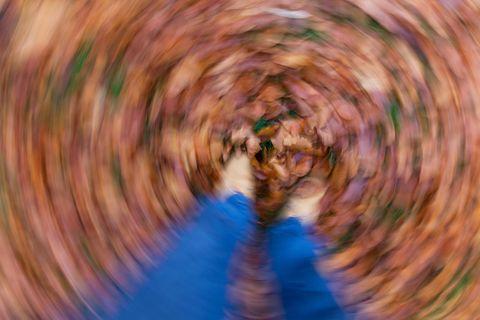 Schwindelanfälle – Ursachen und was dagegen hilft: Boden mit Herbstlaub alles herum verschwommen