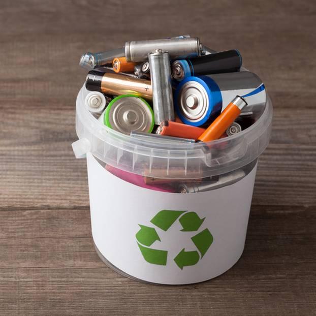 Elektromüll entsorgen: Batterien in Eimer