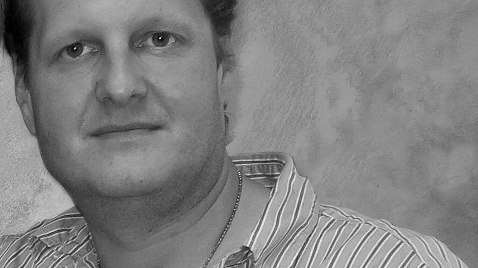 """Der Schlagersänger (""""Pleite, aber sexy"""") und TV-Auswanderer (""""Goodbye Deutschland!"""") starb am 17. November mit nur 49 Jahren. Nach dem Tod von Jens Büchner erklärte sein Manager, dass der Reality-TV-Star an Lungenkrebs litt. Büchner hinterlässt eine große Patchwork-Familie mit acht Kindern. Seine beiden Töchter Jenny und Jessica stammen aus seiner ersten Ehe, aus der Beziehung mit Ex-Freundin Jenny entstand Sohn Leon. Ehefrau Daniela brachte drei Kinder mit in die Beziehung. Gemeinsam bekamen sie dieZwillinge Diego Armani und Jenna Soraya."""