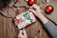 Geschenke verpacken: Geschenk mit Schleife versehen