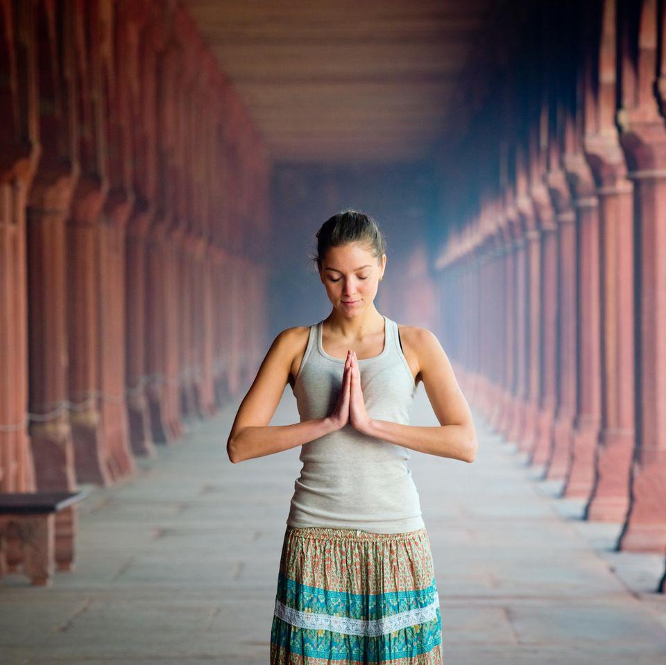 Vipassana Meditation: Frau meditiert im Stehen