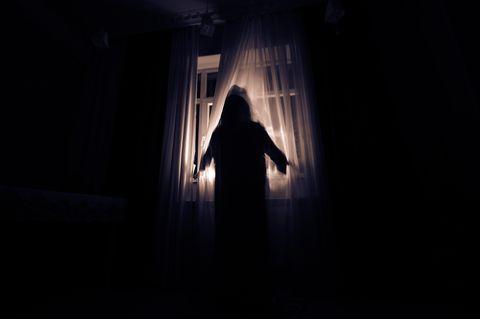 Albträume: Frau steht am Fenster