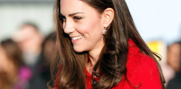 Herzogin Kate: Strahlend mit Blumenstrauß bei einem öffentlichen Auftritt