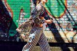 Lingerie: Frau in Seiden-Hose und Seiden-Mantel auf der Straße