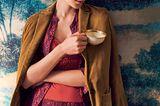 Lingerie: Frau in Pyjama mit Teetasse in der Hand
