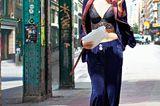 Lingerie: Frau in Pyjama auf Straße