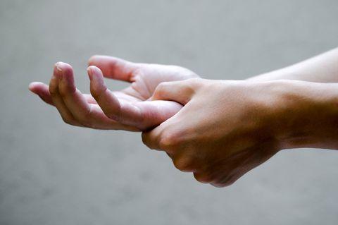 Was ist Rheuma? Symptome und Therapie: Hände greifen ineinander