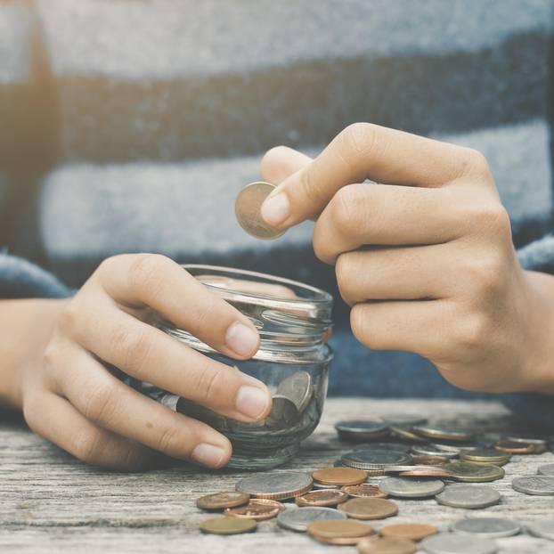 Sparen lernen - Frau mit Spardose
