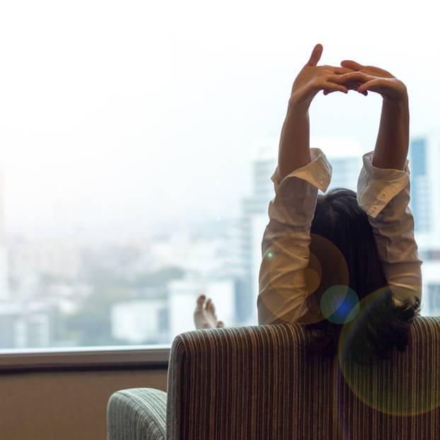 Pausen einlegen: Frau die ihre Arme streckt