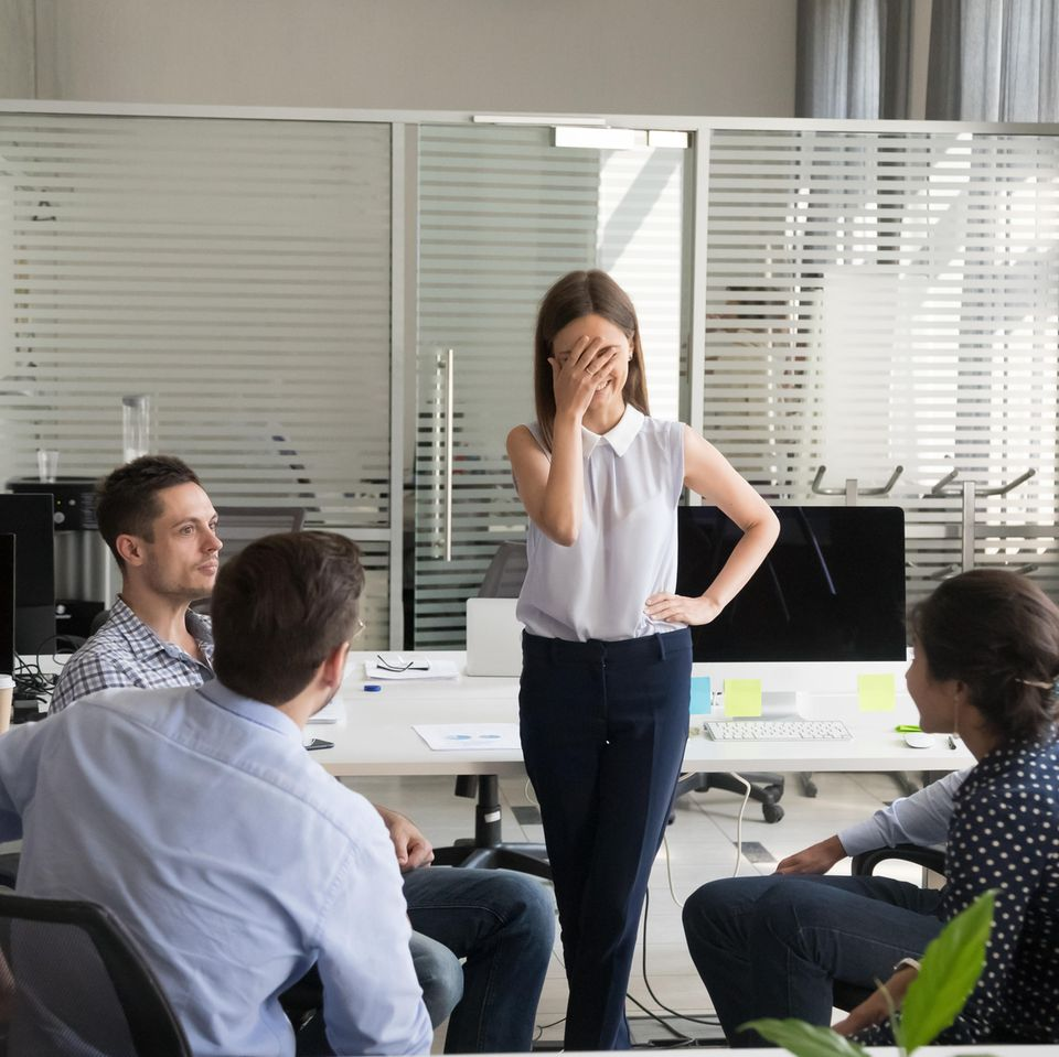 Lampenfieber überwinden - Frau blamiert sich in Kollegenkreis