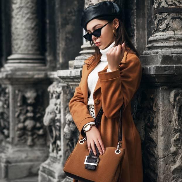 Braun: Frau mit braunem Mantel