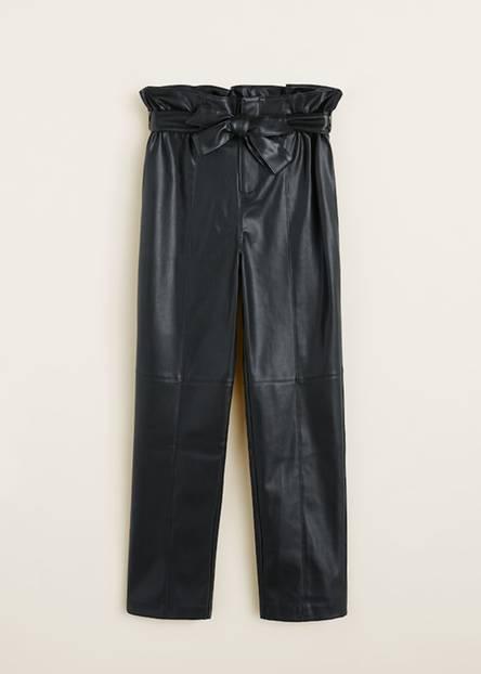 Auch dieses coole Teil gehört zur derzeitigen Standardgarderobe der Influencer. Sündhaft teuer muss die hochgeschnittene Hose aus Kunstleder deswegen aber noch lange nicht sein. Für 35,99 Euro shoppt ihr sie bei Mango.